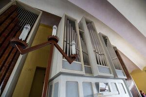 Súčasný organ bol inštalovaný v roku 1984.