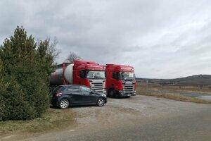 Cisterny stoja pred firmou aj po 6 týždňoch.