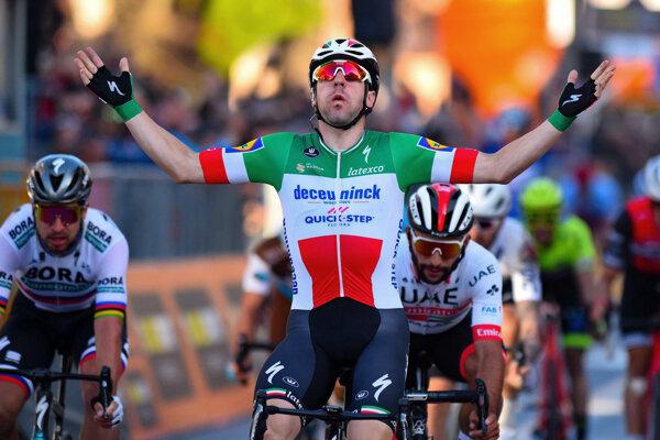 Talian Elia Viviani sa teší z triumfu, vľavo Peter Sagan.