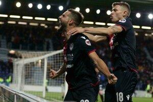 Futbalisti Cagliari oslavujú gól - ilustračná fotografia.