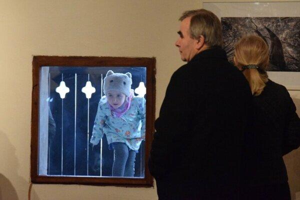 Zvedavá návštevníčka počas otvorenia výstavy.