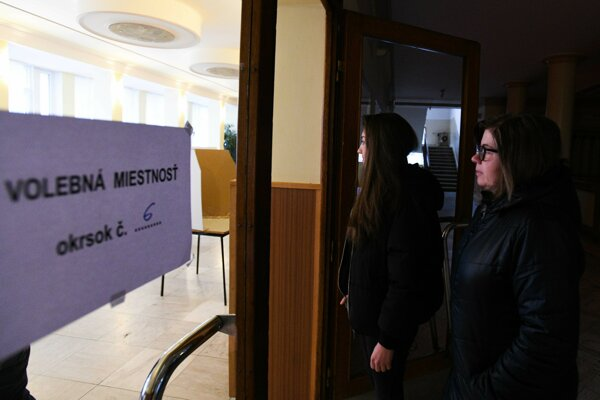 Voliči prichádzajú do volebnej miestnosti v obci Stará Turá.