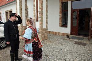 V obci Martovce v okrese Komárno prišli voliť aj členovia miestneho folklórneho súboru.