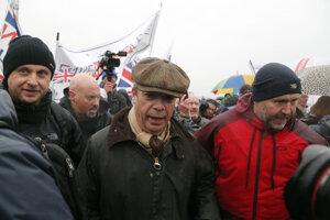 Bývalý líder strany Nezávislosti Spojeného kráľovstva, Nigel Farage, sa pridal k pochodu.