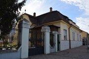 V týchto miestach nocoval Kutuzov pri návšteve Lučenca. Súčasná fara, bola postavená neskoršie.