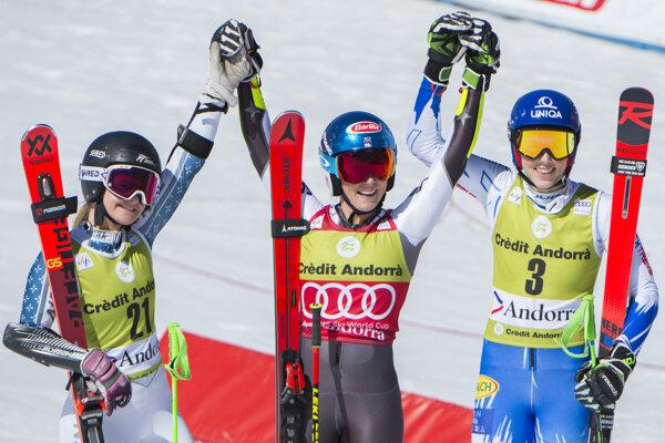 Na snímke slovenská lyžiarka Petra Vlhová (vpravo) sa teší z tretieho miesta vo finálovom obrovskom slalome žien Svetového pohára v alpskom lyžovaní v zimnom stredisku Soldeu v Andorre v nedeľu 17. marca 2019. Zvíťazila Američanka Mikaela Shiffrinová (uprostred), druhá skončila senzačne len 17-ročná Novozélanďanka Alice Robinsonová.
