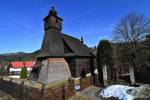 Drevený kostolík v obci Hraničné by potreboval novú strechu, no obec na ňu nemá dosť peňazí.