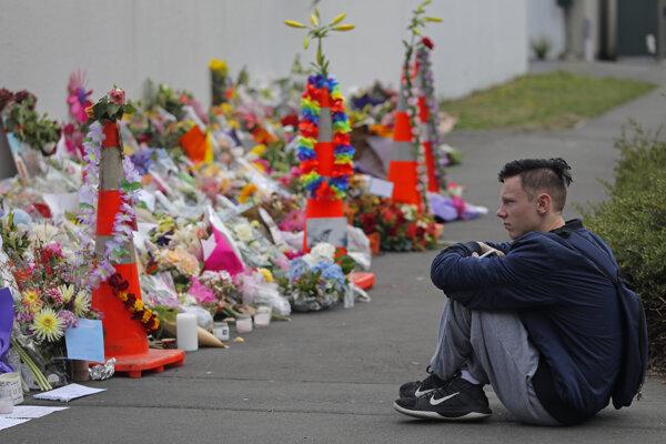 Ľudia na Novom Zélande smútia za obeťami streľby.