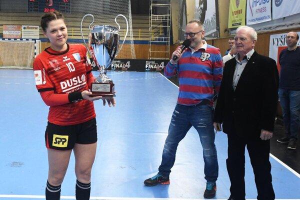 Katarína Pócsíková drží pohár za 2. miesto v Slovenskom pohári 2018/2019.