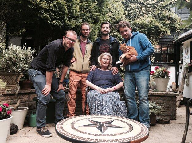 Janette Butlin (uprostred) s tvorcami filmu Dobrá smrť.