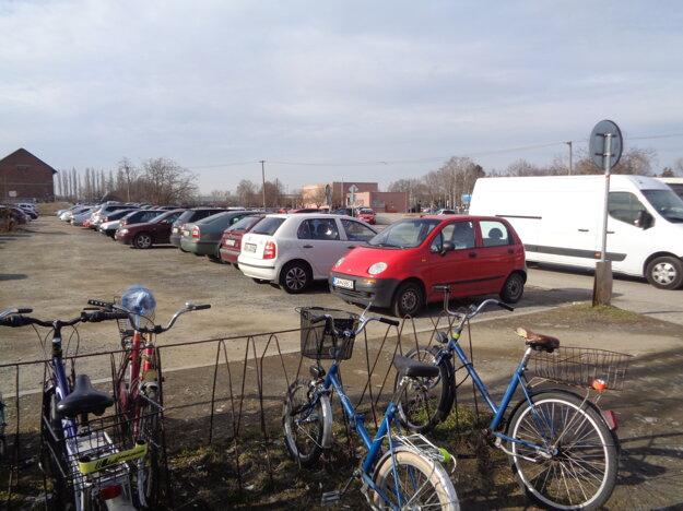 Problémom železničnej stanice je aj parkovanie.