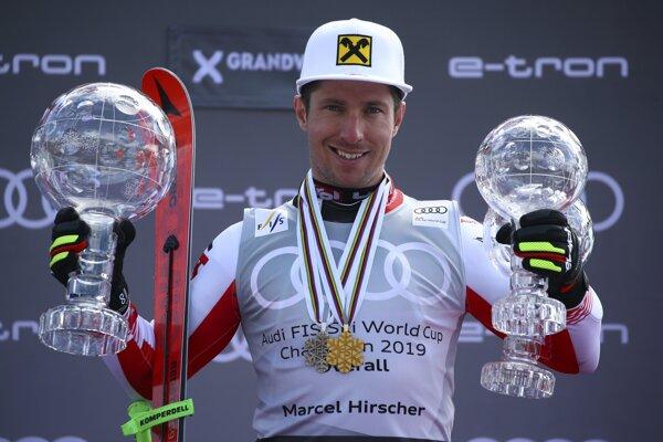 Marcel Hirscher pózuje s trofejami.