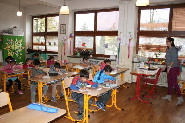 Škola v Kluknave vypovedala školský obvod Richnave. Školáci sa učili v dvojzmennej prevádzke.