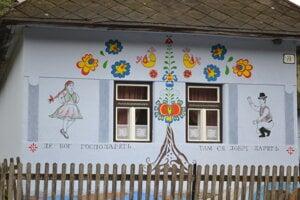 Ornamenty a tanečníkov na fasáde namaľovala pani domu, Monika Jurčišinová.