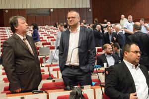 Poslanec a zároveň starosta Petrovčik (v strede) hovorí o politickom tlaku.