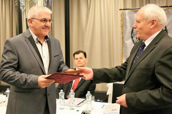 Miroslav Dolník (vľavo) počas preberania ocenenia.