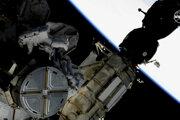 Astronauti by mali v otvorenom vesmíre podľa plánu pracovať niekoľko hodín.