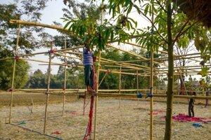 Príprava stanov z bambusových konštrukcií.