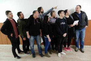 Na snímke členovia Kladzanského ľudového divadla (KĽUD) v obci Kladzany