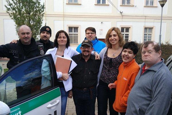 Rozlúčiť sa s Emilom prišli aj policajti.