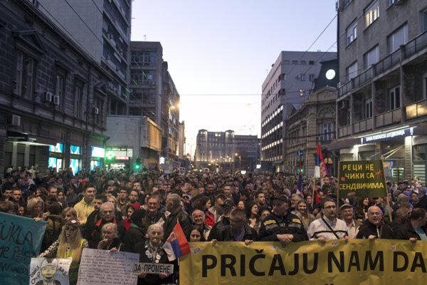 Do ulíc vyšli opäť tisícky Srbov.