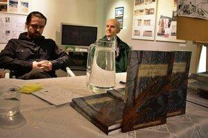 Počas besedy s autorom knihy Dračia diera Štefanom Melišom (vpravo) v MG Art galérii v Považskej Bystrici. Zľava ilustrátor Jozef Pobočík ml.