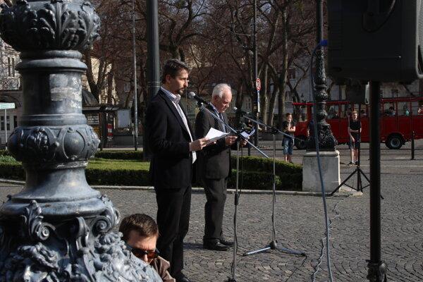 Účastníci rekonštrukcie Sviečkovej manifestácie pri príležitosti jej 31. výročia na Hviezdoslavovom námestí v Bratislave.