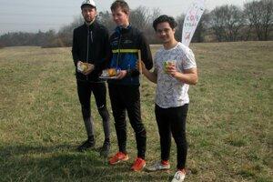 Ocenené trio mužov v 2. kole - zľava 2. Semančík, 1. Mušinský, 3. Simočko.