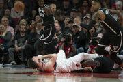 Jusuf Nurkič z Portlandu si v zápase Brooklyn Nets privodil veľmi nepríjemnú zlomeninu dolnej končatiny.