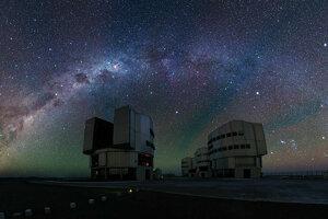 Svetelné žiarenie atmosféry nad teleskopom VLT vidieť ako červené šmuhy.