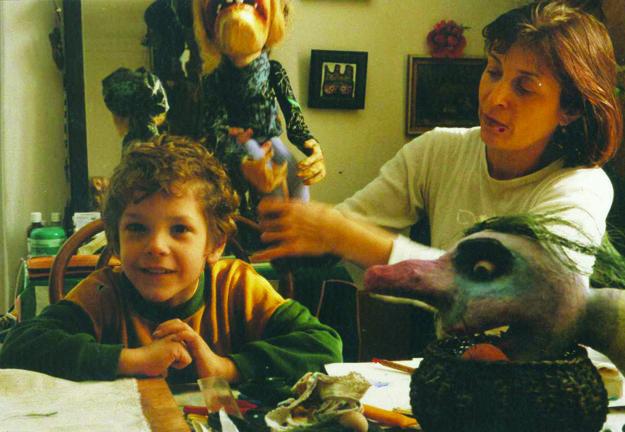 Mária Herodeková so synom Maťkom pri práci.