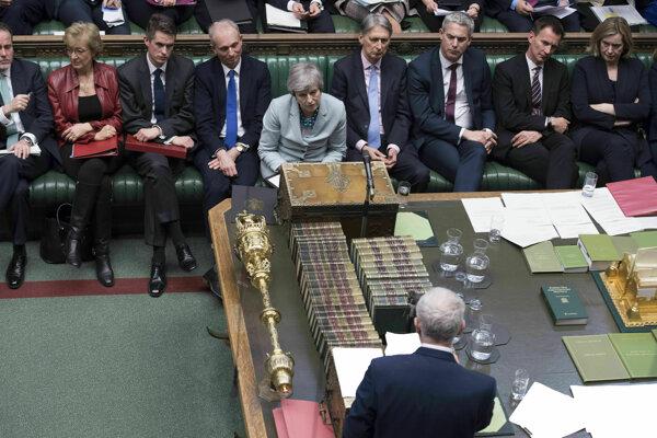 Líder britskej Labouristickej strany Jeremy Corbyn v diskusii s premiérkou Theresou Mayovou.