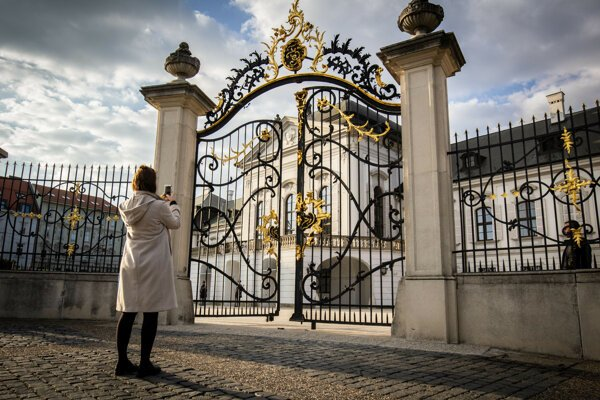 Vstupná brána do areálu Prezidentského paláca.