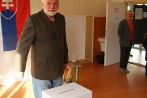Juraj Matejka prišiel voliť aj s manželkou.