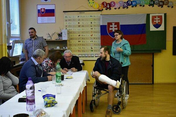 Ostravský herec cestoval na voľby z Ostravy do rodného mesta aj so sadrou na nohe.