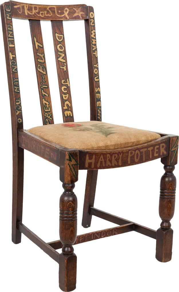 Stolička J. K. Rowlingovej, na ktorej písala Harryho Pottera.