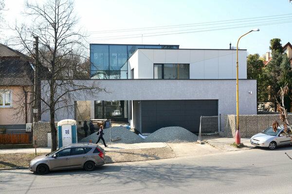 Súčasný stav domu pred dokončením.