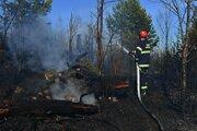 Hasič hasí lesný požiar neďaleko osady Tatranské Zruby vo Vysokých Tatrách.
