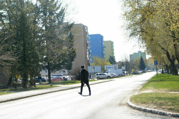 Muž sa mal pohybovať po Považskej ulici.
