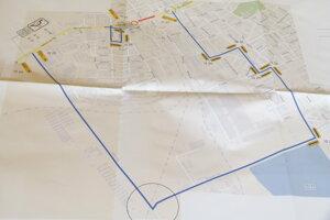 Obchádzková trasa pre osobné autá je vyznačená modrou čiarou. Začína sa vľavo pri vstupe do Levíc od Nitry (pri mliekarňach), pokračuje po Jurskej ceste, Mochovskej ulici (vedľa rybníkov) a po cestách medzi sídliskami sa vodiči dostanú k okružnej križovatke pred gymnáziom.