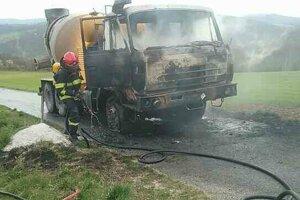 Požiar zachvátil kabínu auta aj blízku trávu.