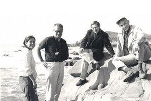 Sydney Brenner (tretí zľava) na fotke z roku 2965.