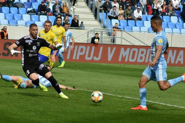 Slovanista Moha (vpravo) práve strieľa prvý gól do siete Michaloviec.