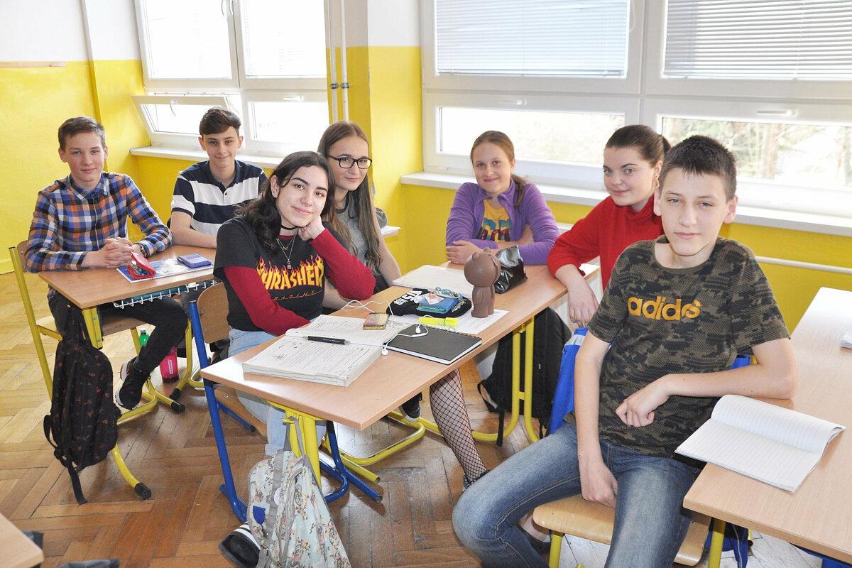 9849d65fab43 Emma Martinez Majdišová (tretia zľava) so slovenskými spolužiakmi.