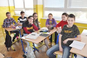 Emma Martinez Majdišová (tretia zľava) so slovenskými spolužiakmi.