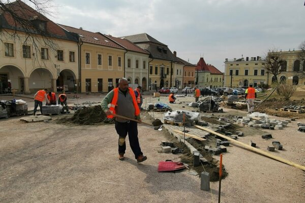 Rekonštrukčné práce sú na námestí v plnom prúde.
