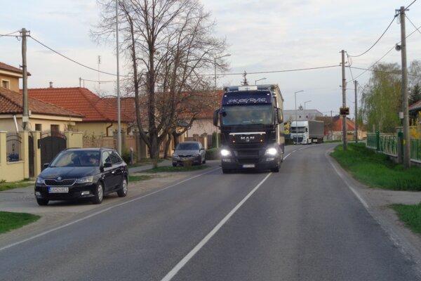 Kamióny znepríjemňujú život obyvateľom Matúškova.