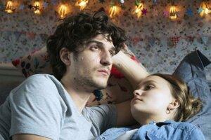 Louis Garrel a Lily-Rose Depp  filme Verní neverní.