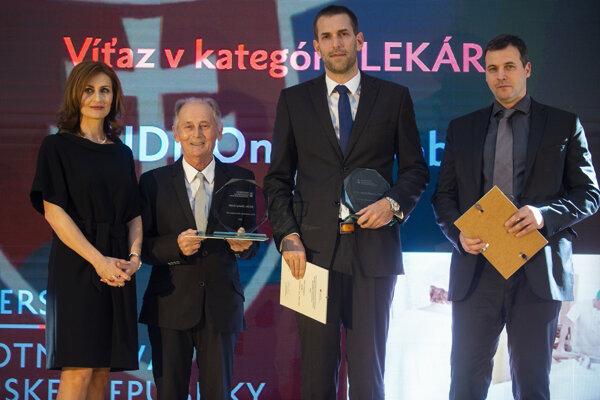 Zľava ministerka zdravotníctva SR Andrea Kalavská a ocenení lekári Andrej Klepanec, Daniel Pinďák a Ondrej Bobík počas odovzdávania Ceny ministerky zdravotníctva SR v kategórii Lekár.