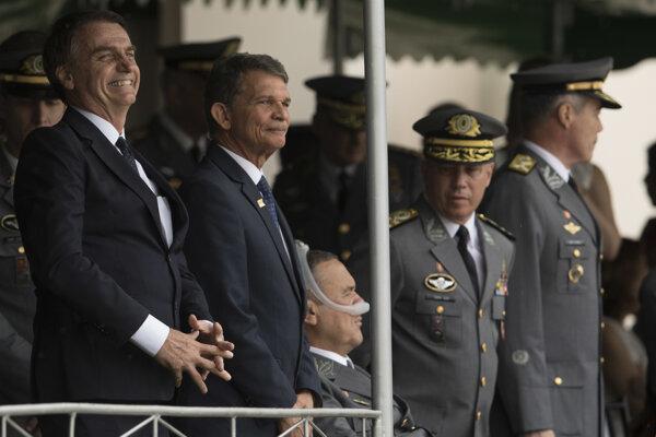 Brazílsky prezident Jair Bolsonaro (vľavo).